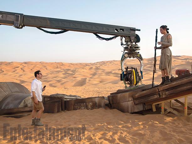 Abrams e l'attrice Daisy Ridley sul set sabbioso di Jakku.