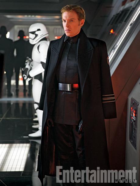 Il generale Hux, probabilmente un curioso misto fra il Gran Moff Tarkin e Darth Vader.