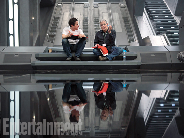 """J.J. Abrams sul set insieme a Lawrence Kasdan, regista de """"L'Impero colpisce ancora""""."""