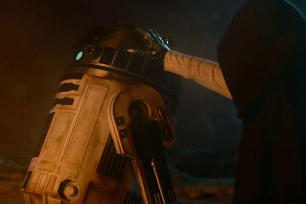 Star-Wars-The-Force-Awakesns-R2-D2-Luke-600x400